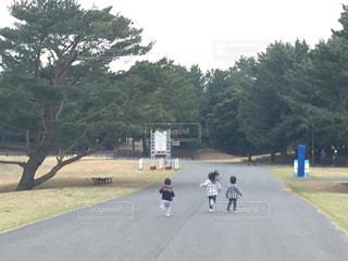 道を歩いている人々のグループの写真・画像素材[2095697]