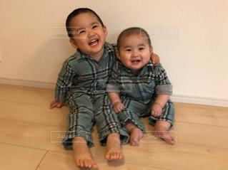 幼い子供が赤ん坊を抱いているの写真・画像素材[2095724]