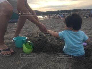 ビーチに座っている若い女の子の写真・画像素材[1406525]