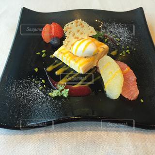 ケーキでまな板の上のナイフとフォーク プレートの写真・画像素材[1884809]