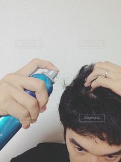 育毛剤を使用する男性の写真・画像素材[1517990]