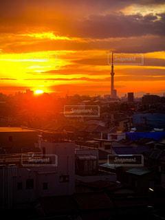 都市に沈む夕日の写真・画像素材[3107386]