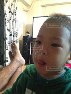 カメラにポーズを鏡の前で座っている赤ちゃんの写真・画像素材[1361715]