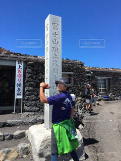 建物の前に立っている男の写真・画像素材[1407688]