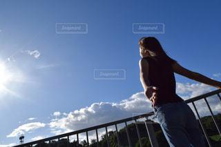 空を飛んでいる人の写真・画像素材[1393703]