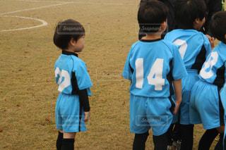 草の中に立っている小さな男の子の写真・画像素材[1336658]