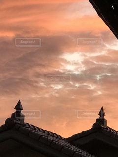 夕焼け 空 赤 屋根 雲屋外