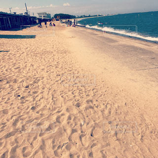 水の体の横にある砂浜のビーチの写真・画像素材[1411407]