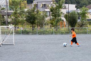 サッカー練習してる男の子の写真・画像素材[1337412]