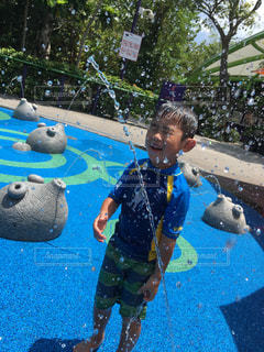 スイミング プールの横に立っている人の写真・画像素材[1337790]