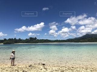 砂浜の上に立っている人の写真・画像素材[1338023]