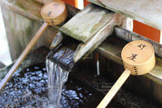 伏見稲荷大社の手水舎の写真・画像素材[1676144]