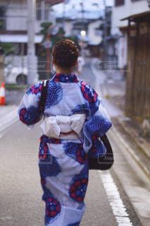 浴衣を着た女性の後ろ姿の写真・画像素材[1682407]