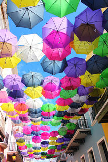 風景,空,建物,傘,海外,カラフル,晴れ,景色,旅行,海外旅行,観光スポット,中南米,プエルトリコ,色鮮やか,フォトジェニック,インスタ映え,サンファン,アンブレラスカイ,オールドサンファン