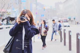 一眼レフカメラで撮影している女性の写真・画像素材[1848274]