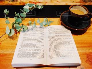 朝活で読書の写真・画像素材[1851699]