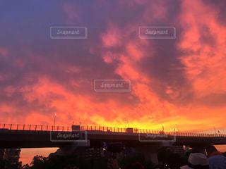 燃えるような夕暮れの空の写真・画像素材[1867065]