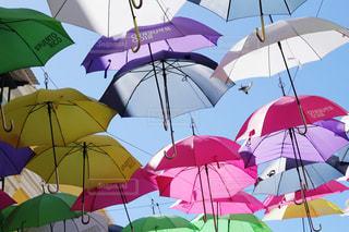 晴れた空とカラフルな傘の写真・画像素材[1879400]