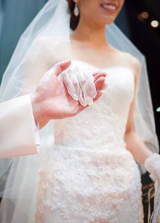 花嫁をエスコートする手の写真・画像素材[1940134]