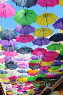 空気中にぶら下がっている傘の写真・画像素材[2177655]