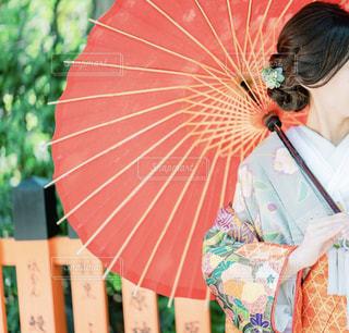 傘を持つ女性の写真・画像素材[2186014]