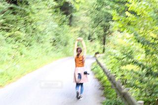 山道を歩く女性の写真・画像素材[2211132]
