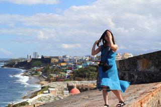 ブルーのワンピースと青空と海の写真・画像素材[2232327]