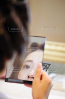 ヘアメイク中の女性の写真・画像素材[2456721]