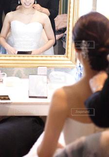 ヘアメイク中の花嫁の写真・画像素材[2481255]