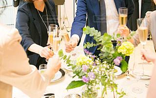 女性,男性,花,手,結婚式,テーブル,人物,人,グラス,乾杯,披露宴,ドリンク,シャンパン,パーティー,装花,ジャケット,複数人,ドレスアップ,お呼ばれ,スーツ,カンパイ,ゲスト,パーティードレス,ウェディングパーティー,ウェディングセレモニー