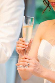女性,20代,花,ネイル,白,手,結婚式,花嫁,結婚指輪,テーブル,人物,人,ウェディングドレス,グラス,乾杯,婚約指輪,披露宴,ドリンク,シャンパン,パーティー,リップ,ウェディング,口元,カンパイ,ウェディングパーティー,ウェディングセレモニー