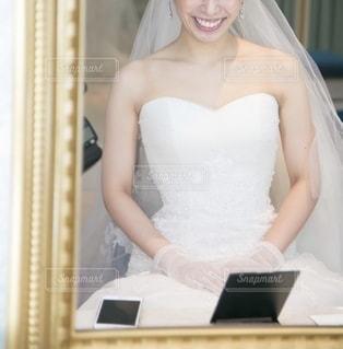 鏡越しの花嫁の写真・画像素材[2656212]