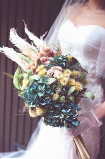 ドライフラワーのブーケを持つ花嫁の写真・画像素材[2835835]