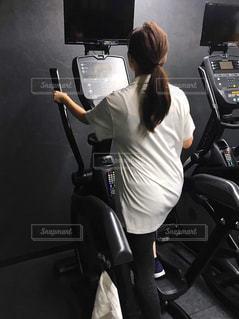 女性,1人,20代,30代,スポーツ,後ろ姿,全身,人物,背中,人,後姿,健康,ポニーテール,運動,お尻,スニーカー,トレーニング,エクササイズ,うしろ姿,ジム,ダイエット,汗,痩せる,ワークアウト,自分磨き,スポーツジム,トレーニングマシン,有酸素運動,減量,シェイプアップ,トレーニングジム,代謝,ランニングマシン,ヒップアップ,トレーニー,ボディーメイク,引き締める