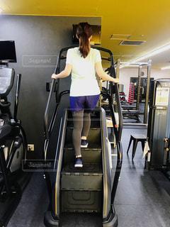 女性,1人,20代,30代,スポーツ,屋内,階段,足,後ろ姿,健康的,床,人物,背中,壁,人,後姿,健康,ポニーテール,運動,お尻,スニーカー,トレーニング,エクササイズ,うしろ姿,ジム,ダイエット,フィットネス,体力,痩せる,ワークアウト,自分磨き,有酸素運動,減量,シェイプアップ,トレーニングジム,体力作り,運動器具,筋力トレーニング,ヒップアップ,体力づくり,トレーニー,エクササイズマシン,ボディーメイク,踏み台昇降マシン,尻トレ,引き締める