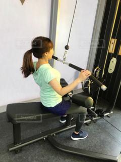 女性,1人,20代,30代,スポーツ,屋内,後ろ姿,健康的,床,人物,背中,人,後姿,健康,ポニーテール,運動,スニーカー,トレーニング,エクササイズ,うしろ姿,ジム,ダイエット,フィットネス,筋トレ,痩せる,背筋,ワークアウト,トレーニングマシン,二の腕,減量,シェイプアップ,引き締め,トレーニングジム,健康志向,トレーニングウェア,ラットプルダウン,運動器具,筋力トレーニング,筋力アップ,体力づくり,トレーニー,ボディーメイク,筋肉増強,引き締める