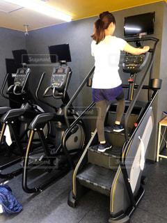 女性,1人,20代,スポーツ,屋内,階段,後ろ姿,健康的,床,人物,背中,人,後姿,ポニーテール,運動,お尻,スニーカー,トレーニング,エクササイズ,うしろ姿,ジム,ダイエット,フィットネス,痩せる,ワークアウト,自分磨き,スポーツジム,トレーニングマシン,有酸素運動,減量,シェイプアップ,引き締め,トレーニングジム,健康志向,トレーニングウェア,運動器具,ヒップアップ,体力づくり,トレーニー,ボディーメイク,踏み台昇降マシン,尻トレ