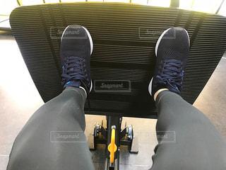 女性,1人,20代,自撮り,スポーツ,靴,屋内,足,太もも,健康的,人物,人,健康,運動,脚,スニーカー,トレーニング,エクササイズ,ジム,ダイエット,フィットネス,筋肉,筋トレ,下半身,自分磨き,ふくらはぎ,太腿,減量,スポーツウェア,シェイプアップ,トレーニングジム,健康志向,筋力トレーニング,ヒップアップ,脹脛,体力づくり,トレーニングウエア,レッグプレス,尻トレ,引き締める