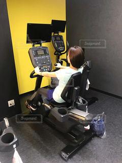 女性,1人,20代,スポーツ,屋内,健康的,床,人物,人,健康,運動,トレーニング,エクササイズ,ジム,ダイエット,フィットネス,筋トレ,痩せる,スポーツジム,エアロバイク,有酸素運動,スポーツウェア,シェイプアップ,トレーニングジム,健康志向,マシーン,筋力トレーニング,ヒップアップ,体力づくり,トレーニングウエア,引き締める