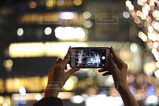 女性,1人,建物,カメラ,手,スマホ,撮影,光,ぼかし,イルミネーション,人物,人,玉ボケ,グランフロント,手元