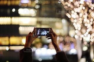 女性,1人,建物,カメラ,きれい,手,スマホ,撮影,イルミネーション,人,明るい,玉ボケ,グランフロント,手元,ぼやける