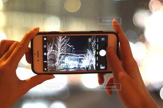 女性,1人,夜,手,スマホ,撮影,光,イルミネーション,人物,人,スマートフォン,グランフロント,手元