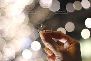 風景,冬,手,指輪,光,ぼかし,イルミネーション,ライトアップ,婚約指輪,玉ボケ,ダイヤモンド,手元,シャンパンゴールド