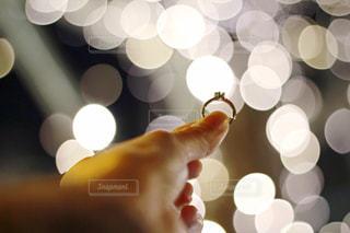 風景,冬,夜,手,指輪,光,ぼかし,イルミネーション,明るい,玉ボケ,手元,シャンパンゴールド