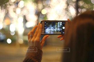 女性,1人,冬,夜,スマホ,撮影,光,イルミネーション,人,スマートフォン,玉ボケ,グランフロント,携帯電話,ぼやける,おでかけスポット,シャンパンゴールド