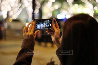 女性,1人,カメラ,スマホ,撮影,光,イルミネーション,人物,ライトアップ,人,スマートフォン,グランフロント,携帯電話,シャンパンゴールド