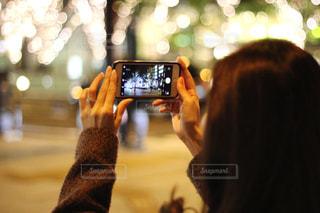 女性,1人,冬,カメラ,夜,光,イルミネーション,人物,ライトアップ,人,玉ボケ,グランフロント,携帯電話,ぼやける,シャンパンゴールド