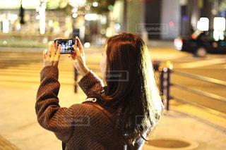 女性,1人,冬,夜,スマホ,撮影,イルミネーション,人,スマートフォン,デート,グランフロント,シャンパンゴールド