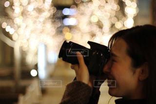 女性,1人,カメラ,撮影,光,イルミネーション,人物,横顔,人,玉ボケ,グランフロント,一眼レフカメラ,シャンパンゴールド