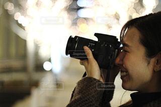 女性,1人,カメラ,撮影,イルミネーション,人物,横顔,人,カメラマン,カメラレンズ,シャンパンゴールド